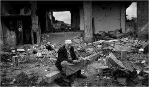 Niam Midri, de 63 años, frente a su casa destruida en El Atatra, al norte de la Franja de Gaza; Tyler Hicks/The New York Times, 4 de febrero de 2009.