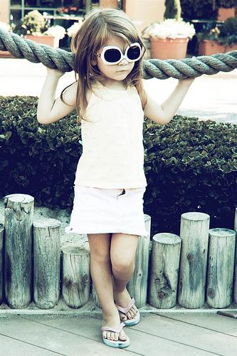 fillette aux lunettes de soleil
