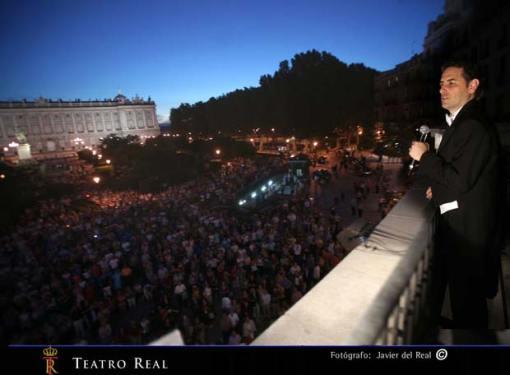 Juan Diego Flórez canta 'La flor de la canela' desde la terraza del Teatro Real de Madrid (2 de junio de 2009).