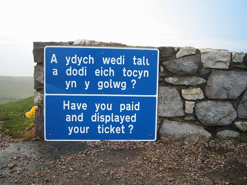 «Welsh / English Bilingual sign», foto de Humain, 2 de abril de 2006.