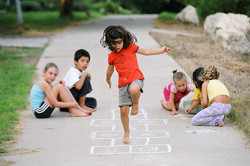 «hopscotch- נועה קופצת קלאס», foto de Dubi Feiner, 10 de enero de 2006.