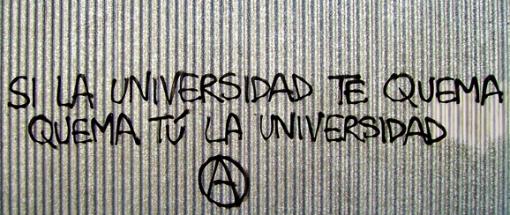 «Si la Universidad te quema, quema tú la Universidad», («Pirómano», foto de Miguel Charrito, 5 de noviembre de 2007).