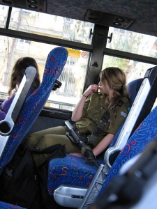 «Israeli soldier on the city bus», foto de Roxanne in real, 2 de abril de 2009.