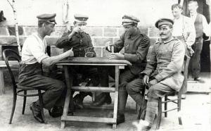 «Soldaten spielen Karten Skat», foto de Drakegoodman, 13 de junio de 2009.