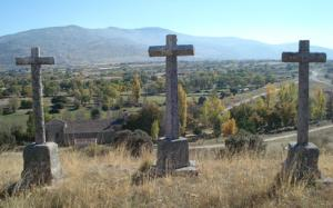 «Las 3 cruces y la Ermita de la Virgen al fondo», foto de la web 'Otero de Herreros', mantenida por Emiwy (2007).