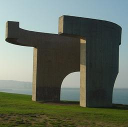 «Elogio del horizonte/Eloxu'l Finxu/El váter de King Kong» (Gijón, Asturias), foto de Cornava, 14 de octubre de 2005.